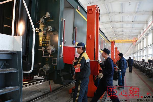 《铁路窄轨换宽轨咋实现?来中国最西端的霍尔果斯看国列换装》